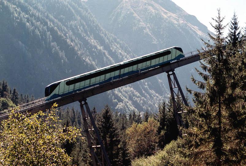 Фуникулер для подъема на гору Кицштайнхорн в Капруне был открыт в 1974 году. В 1993 году он был модернизирован: вагоны приобрели футуристический вид, поставлена гидравлическая система и кабинные обогреватели для контролеров. Поезда обслуживали более 1 тыс. человек в день и считались одними из самых современных на альпийских курортах того времени