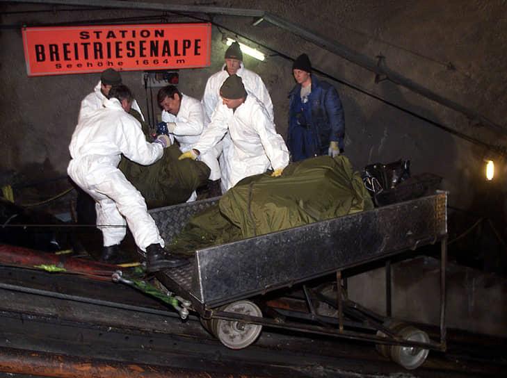 Спасатели несколько дней искали останки жертв в туннеле фуникулера<br> На фото: работы 14 ноября 2000 года