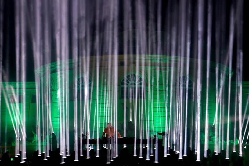 Французский диджей David Guetta во время выступления на MTV Europe Music Awards в Будапеште. Он стал победителем в номинации «Лучшая электронная музыка»