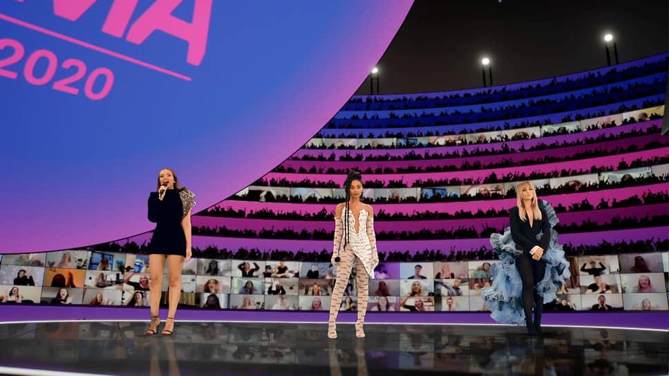 Группа Little Mix, участницы которой были ведущими церемонии, победила в категориях «Лучший поп-исполнитель» и «Лучший исполнитель из Великобритании и Ирландии» <br>На фото: участницы группы в Лондоне
