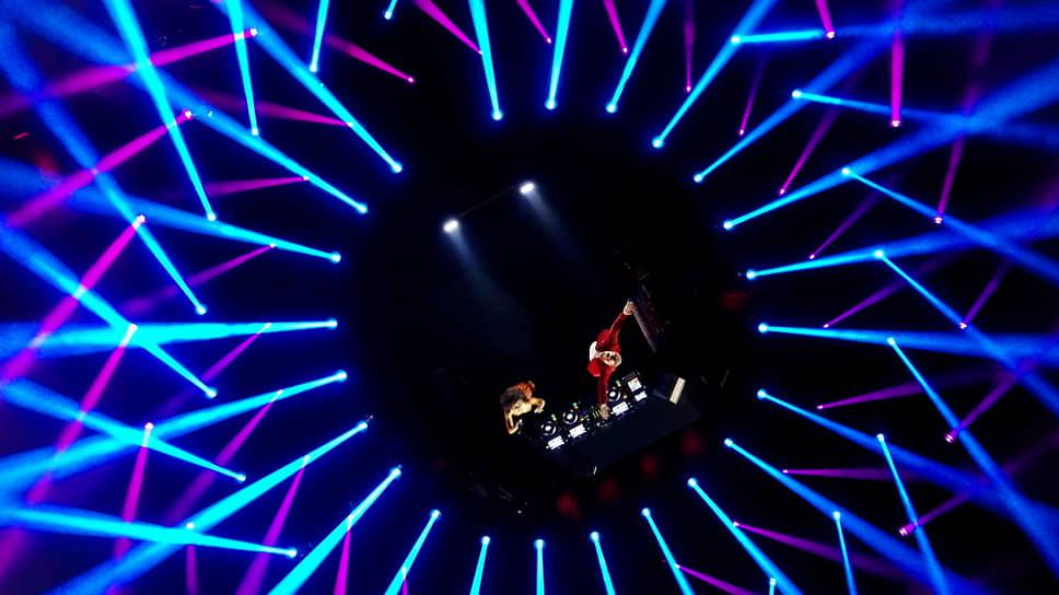 Британская певица Raye и французский диджей David Guetta во время выступления в Будапеште