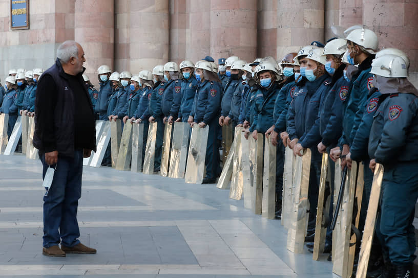 Стражи порядка охраняют здание правительства в Ереване