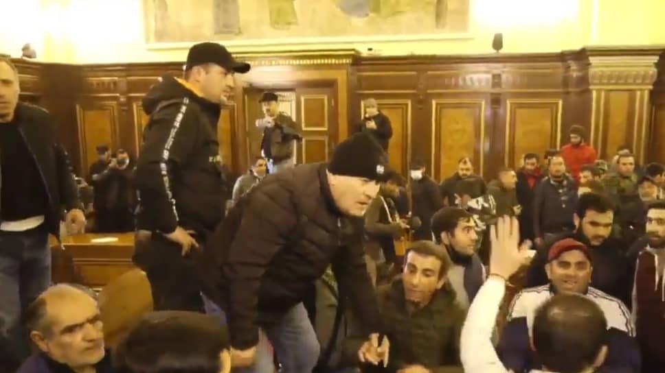 Протестующие в здании правительства Армении