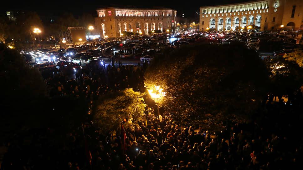 Ночные протесты у здания парламента в Ереване