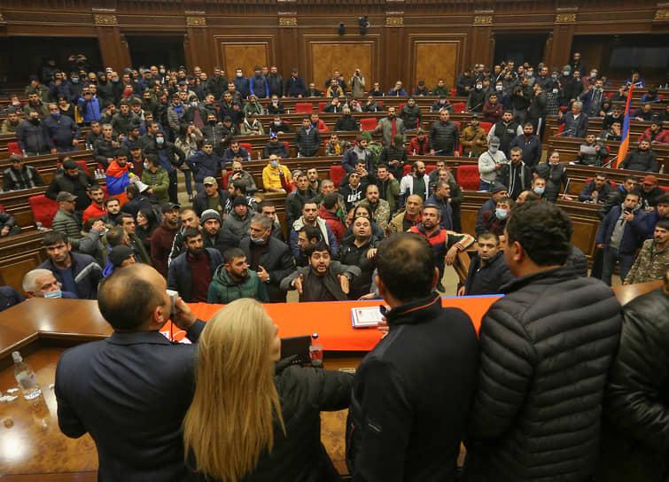Протестующие в зале заседаний парламента Армении