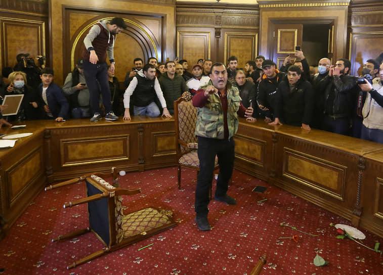 Президент Нагорного Карабаха Араик Арутюнян заявил, что если бы боевые действия продолжились, был бы «потерян весь Карабах» <br>На фото: протестующие в здании правительства в Ереване