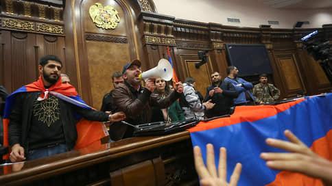 "Подписано соглашение о мире в Карабахе  / Онлайн-трансляция ""Ъ"": в Баку празднуют, в Ереване протестуют"