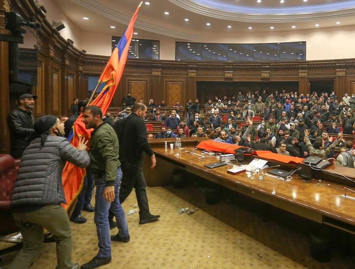 Митингующие ворвались в здание правительства