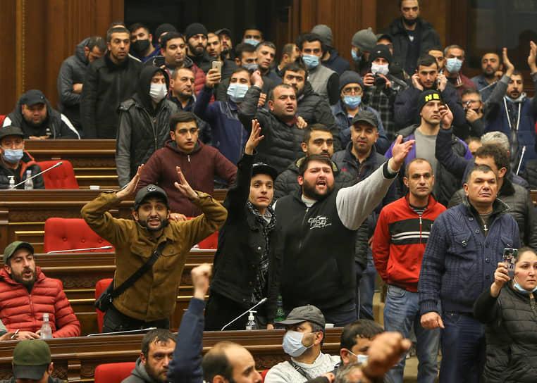 По данным СМИ, протестующие избили спикера парламента Арарата Мирзояна