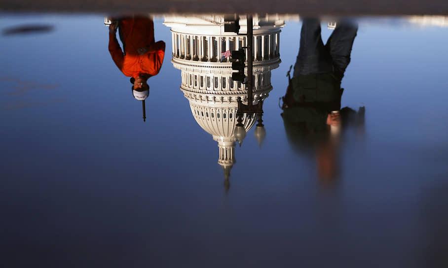 Вашингтон, США. Отражение Капитолия в луже