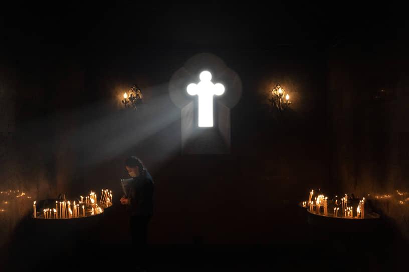 Ереван, Армения. Молитва в церкви