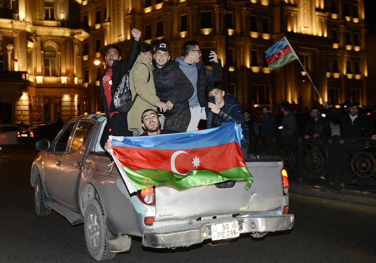 Президент Азербайджана Ильхам Алиев заявил, что Армения капитулировала, подписав соглашение о прекращении военных действий в Карабахе, а Баку достиг всех целей в ходе войны <br>На фото: жители Азербайджана в Баку