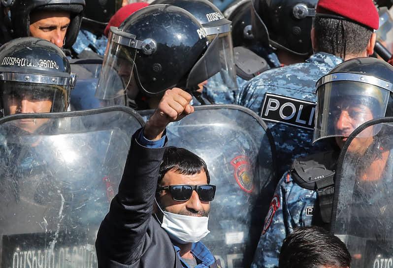 Протестующие считают прекращение огня в Нагорном Карабахе и территориальные уступки «предательством» со стороны правительства