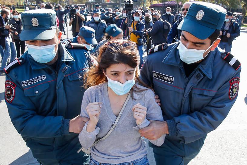 На акцию протеста на Площади Свободы в центре Еревана днем вышли более тысячи человек