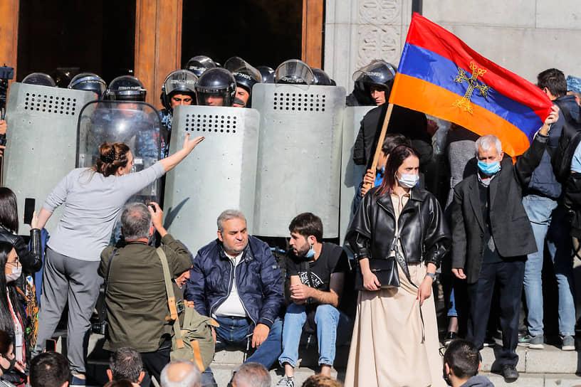 Требования протестующих остались прежними. Оппозиция добивается отставки премьера Армении Никола Пашиняна и аннулирования соглашения с Азербайджаном
