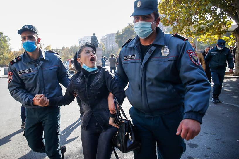 В митинге оппозиции приняли участие жители Карабаха. Они рассказали журналистам, что решение о заключении мира с Азербайджаном лишило их дома
