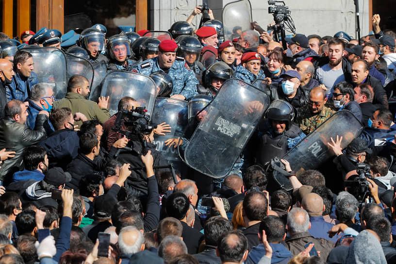 Собравшиеся на Площади Свободы вступили в стычки с сотрудниками полиции. Почти с самого начала акции производились точечные задержания