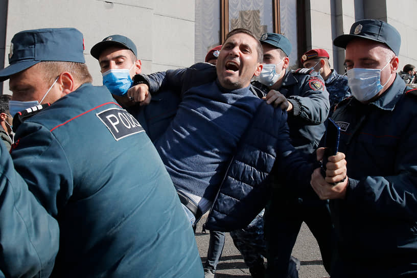 От Площади Свободы толпа протестующих двинулась к зданию парламента Армении, скандируя: «Никол — предатель!»