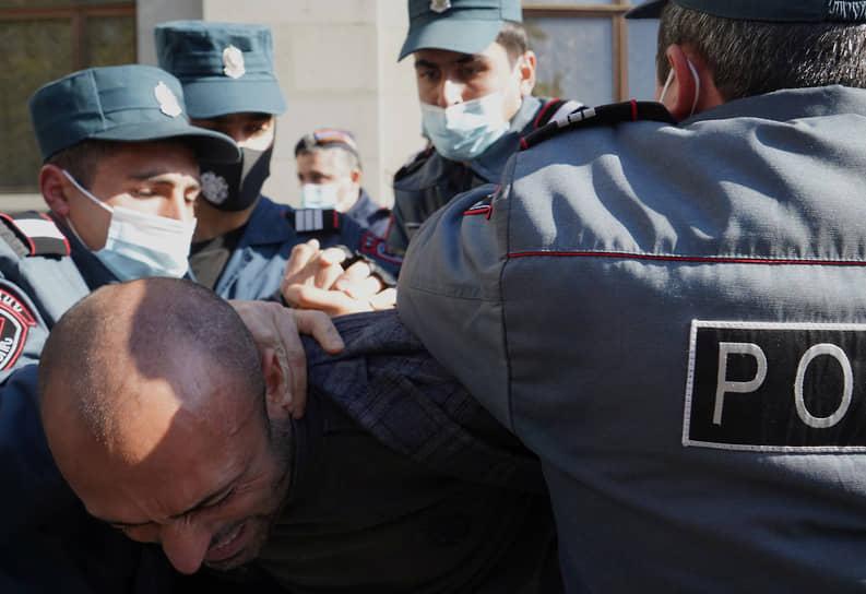 По последним данным, на митинге оппозиции были задержаны более 130 человек