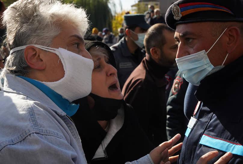 Участники акции протеста в Ереване и сотрудники полиции