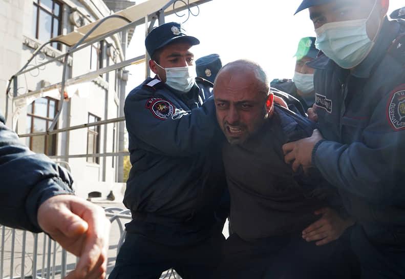 Задержание участника акции протеста в Ереване