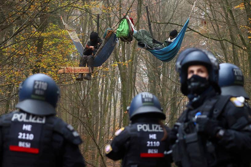 Штадталлендорф, Германия. Полицейские и участники акции против вырубки леса из-за расширения автотрассы