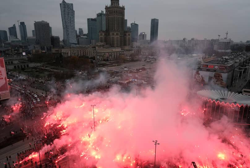 Варшава, Польша. Участники демонстрации в честь Дня независимости жгут файеры