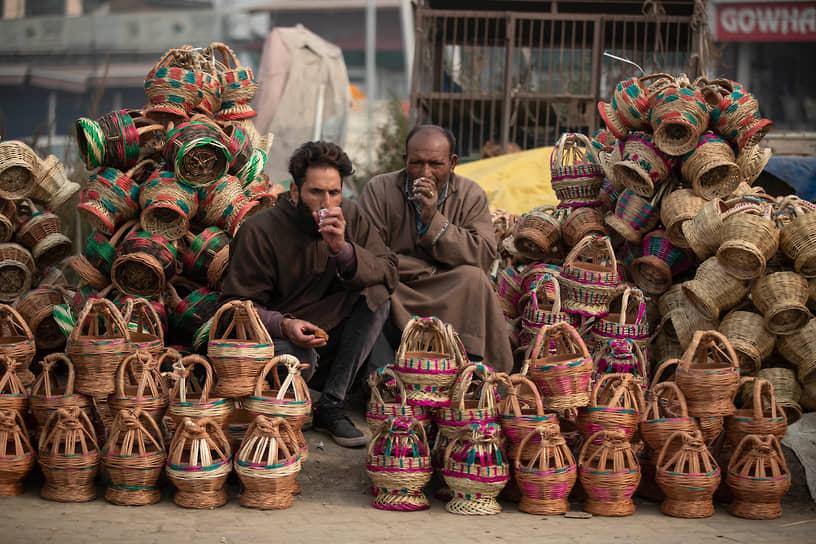 Сринагар, Индия. Продавцы пьют чай в ожидании клиентов