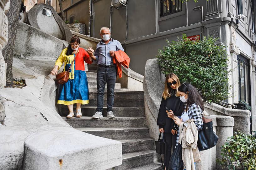 Лестница Камондо, один из самых фотографируемых туристических объектов Стамбула. Когда-то на ней большое количество русских денег можно было обменять на небольшое количество турецких