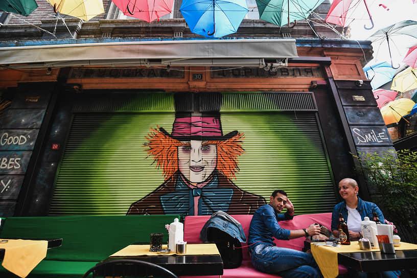 Надпись над бывшим магазином для паломников на Афон почти стерлась, как и память о пребывании русских эмигрантов первой волны в Стамбуле