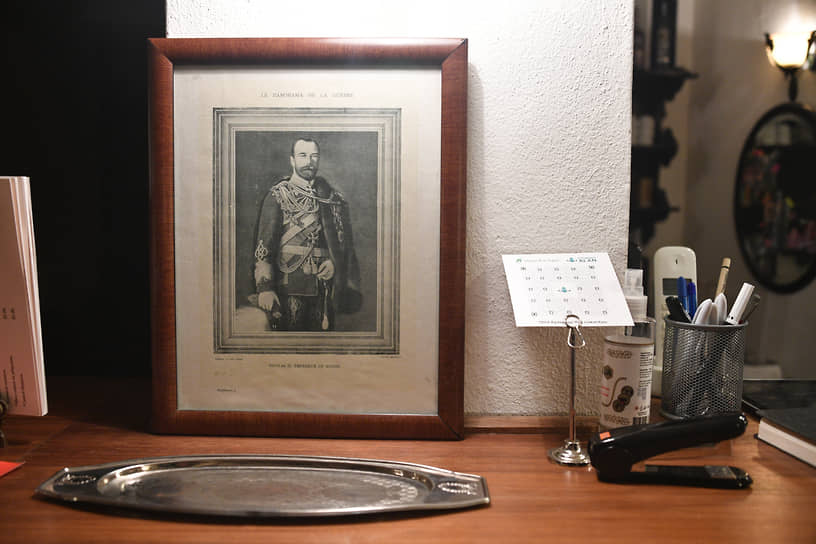 В вестибюле ресторана Ayaspasa гостей встречает портрет последнего российского императора, напоминая, что когда-то этим рестораном владел эмигрант Борис Крещановский