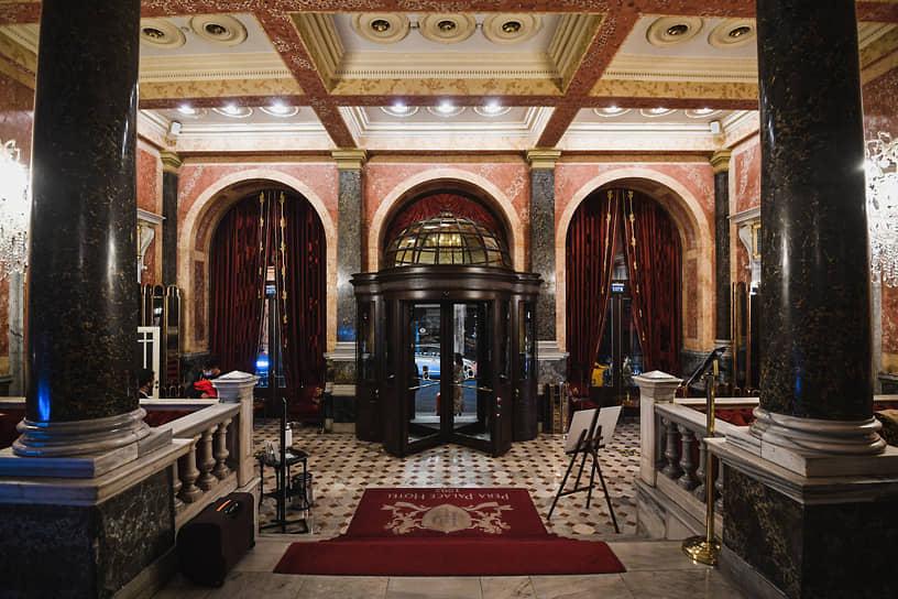 В начале 1920-ых в залах отеля Pera Palace выступали покинувшие Россию музыканты и певцы, проводились благотворительные базары в пользу русских беженцев