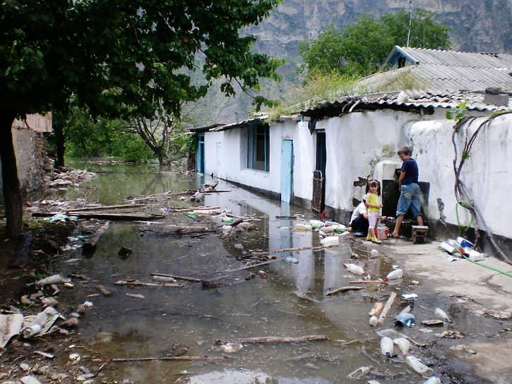 Жители села Ирганай на затопленной улице в 2008 году
