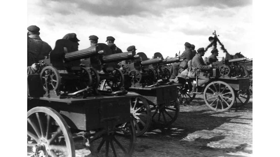 «На стороне большевиков был энтузиазм революционного народа, обширная территория с громадным источником людского пополнения, большие запасы, оставшиеся от войны, склады обмундирования и оружия, фабрики и заводы»