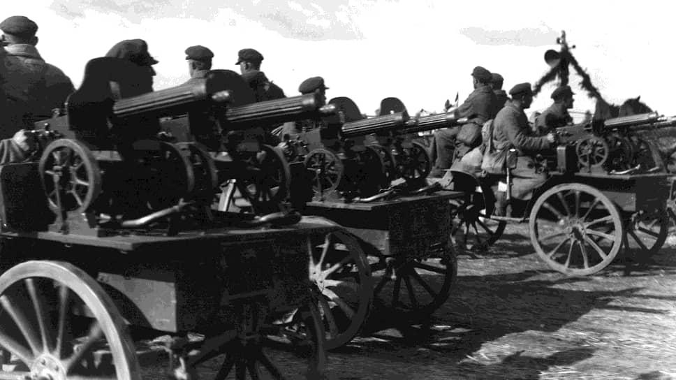 """""""На стороне большевиков был энтузиазм революционного народа, обширная территория с громадным источником людского пополнения, большие запасы, оставшиеся от войны, склады обмундирования и оружия, фабрики и заводы"""""""