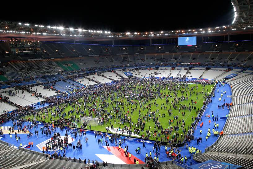 Атаки начались со взрыва у входа на стадион Stade de France в 21:20 во время товарищеского матча между Францией и Германией, зрителем которого в том числе был президент Франции Франсуа Олланд. Жертвой террориста-смертника стал один человек