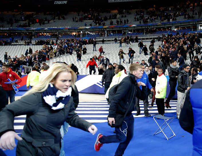 Второй террорист-смертник подорвал себя у стадиона через 10 минут после первого, никто кроме него самого не пострадал. Президента Франции и еще нескольких высокопоставленных чиновников эвакуировали сразу после второго взрыва, но большинство зрителей ни о чем не подозревали до середины второго тайма