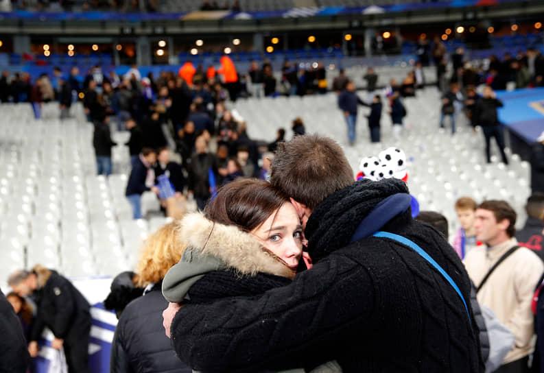 Теракты осуществляли три скоординированные группы: подорвавшиеся у входов на стадион Stade de France смертники; боевики, расстрелявшие посетителей баров и ресторанов в центре Парижа; и террористы, захватившие заложников в концертном зале Bataclan