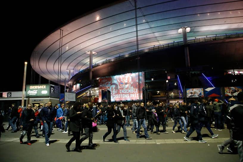 Третий взрыв раздался у стадиона в 21:53. После этого зрителям матча начали приходить сообщения о взрывах у входов, началась паника
