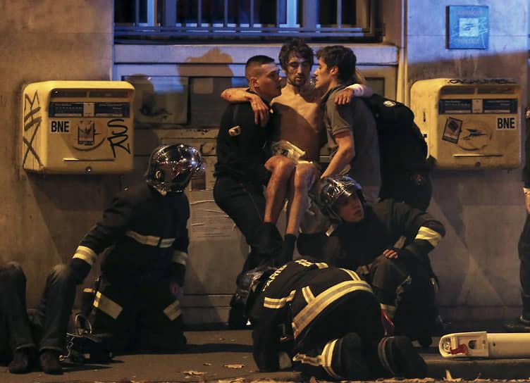 Следующими жертвами террористов стали посетители бара Bonne Biere на улице Фонтан-О-Руа — пять человек погибли. В 21:39 боевики открыли огонь по гостям ресторана Belle Equipe на улице Шаронн: 19 погибших. Около 21:40 один из террористов подорвал себя в ресторане Voltaire на бульваре Вольтера, серьезно ранив посетителя