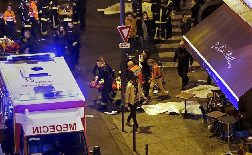 Атаку в центре Парижа террористы начали в 21:25, выпустив очереди из АК-47 по посетителям бара Carillon и азиатского ресторана Petit Cambodge на углу улицы Алибер. 15 человек погибли