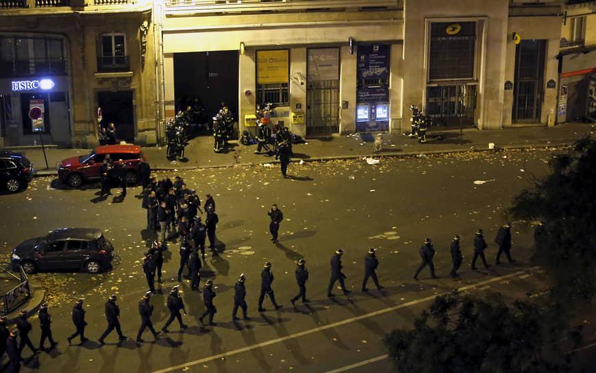 В 21:40 по местному времени боевики ворвались в концертный зал Bataclan, где находились 1,5 тыс. человек, пришедших на концерт американской рок-группы Eagles of Death Metal. С криками «Это за Сирию!» нападавшие открыли огонь по разбегавшимся людям. Часть посетителей концерта не успели покинуть здание и оказались в заложниках