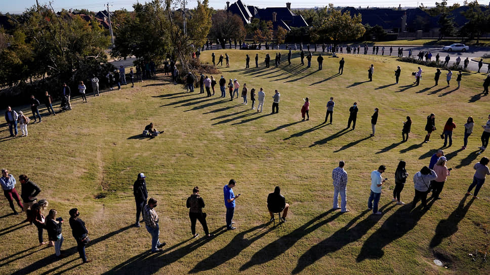 Избиратели соблюдают социальную дистанцию в многочасовой очереди перед избирательным участком в Оклахоме