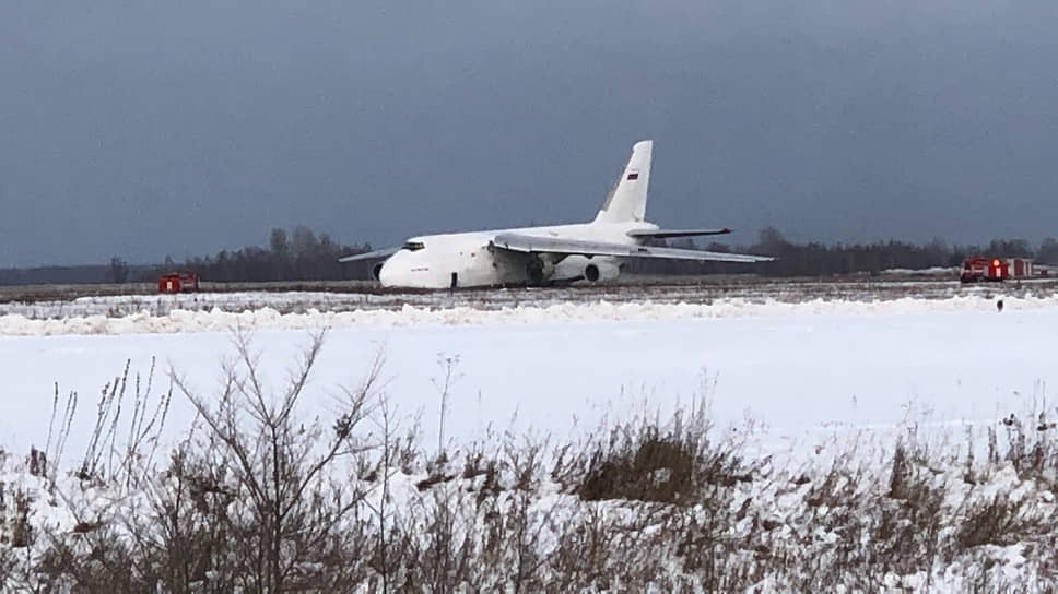 Самолет Ан-124 на взлетной полосе после экстренной посадки