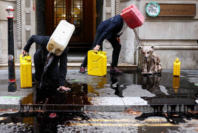 Лондон, Великобритания. Акция экологических активистов у здания биржи