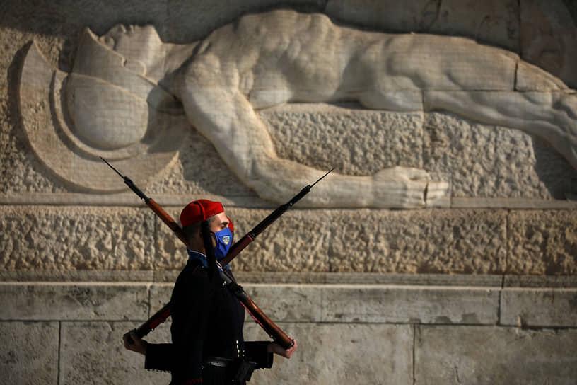 Афины, Греция. Караульный у могилы неизвестного солдата