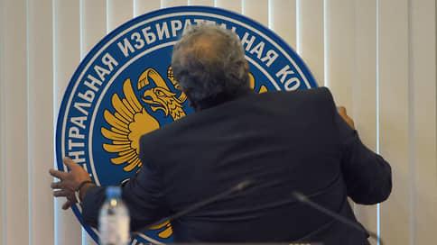 ЦИК выбирает из двух губернаторских // Комиссия рассматривает две кандидатуры нового члена петербургского избиркома