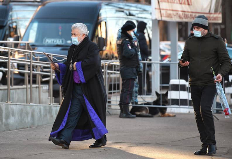 Глава Ново-Нахичиваньской и Российской епархии Армянской Апостольской церкви епископ Езрас (слева) перед началом церемонии
