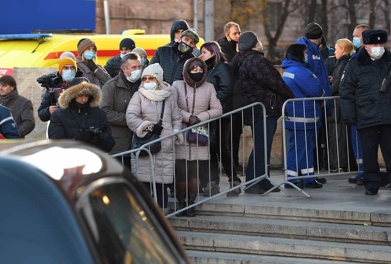 Перед входом в Московский драматический театр были выставлены металлические ограждения и пять рамок-металлоискателей, у каждой из них дежурили полицейские