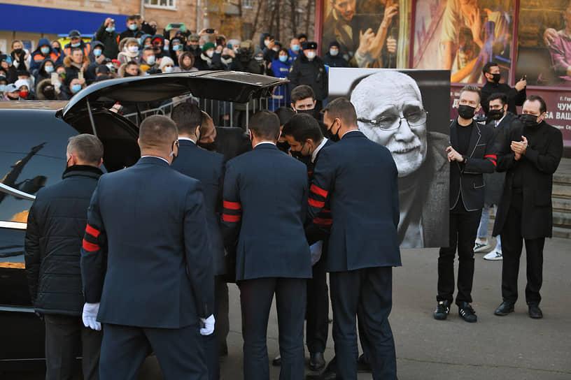 Затем гроб погрузили в катафалк. Автомобиль направился на Ваганьковское кладбище